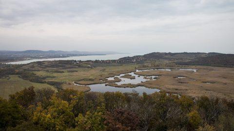 Tihany, 2016. november 2. A tihanyi Külsõ-tó és a Balaton látképe az újonnan átadott Õrtorony kilátóból Tihanyban 2016. november 2-án. MTI Fotó: Bodnár Boglárka