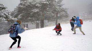 Navacerrada, 2016. november 6. Fiatalok hógolyóznak a friss hóval borított domboldalon a Madrid tartományban fekvõ Navacerrádában 2016. november 6-án. (MTI/EPA/Pablo Martin)