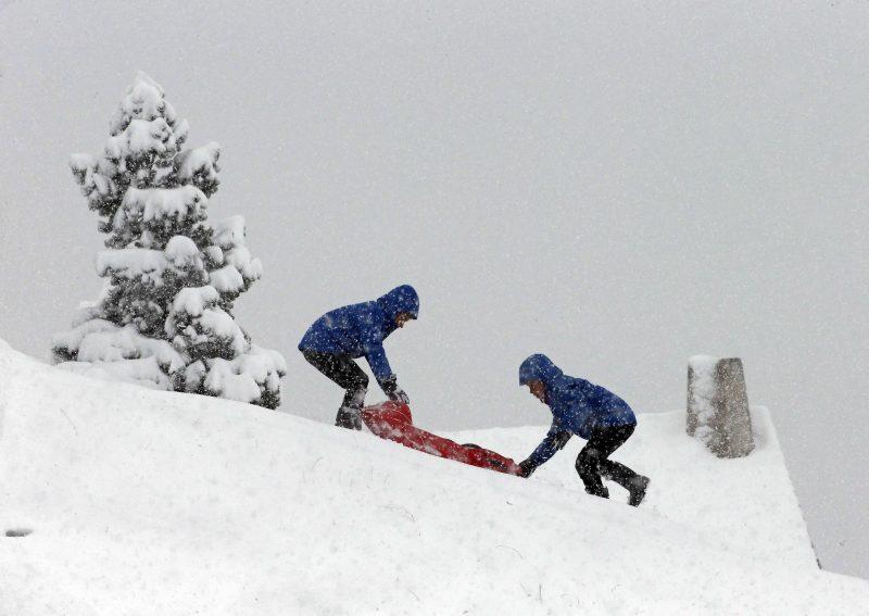 Navacerrada, 2016. november 6. Gyerekek szánkóznak a friss hóval borított domboldalon a Madrid tartományban fekvõ Navacerrádában 2016. november 6-án. (MTI/EPA/Pablo Martin)