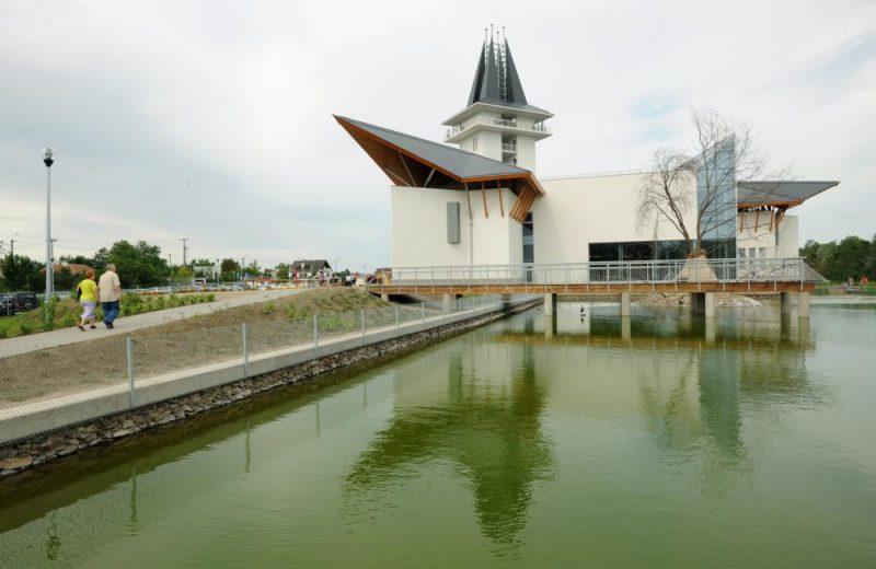 Poroszló, 2012. július 21. A Poroszló határában megépült Tisza-tavi ökocentrum látogatóközpontja, ahol a természetvédelem, oktatás, turizmus egyesítésével ismertetik meg a látogatókat a Tisza-tó és a Tisza-medence természeti értékeivel és élõvilágával. MTVA/Bizományosi: Oláh Tibor  *************************** Kedves Felhasználó! Az Ön által most kiválasztott fénykép nem képezi az MTI fotókiadásának, valamint az MTVA fotóarchívumának szerves részét. A kép tartalmáért és a szövegért a fotó készítõje vállalja a felelõsséget.