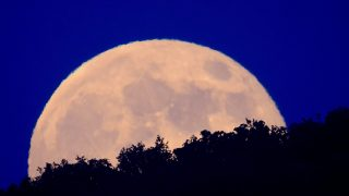 Somoskõújfalu, 2013. június 24. Holdfelkelte Somoskõújfalu közelébõl fotózva 2013. június 23-án. A Hold elliptikus pályának földközeli pontján tartózkodik, ezért 30 százalékkal fényesebbnek és 14 százalékkal nagyobbnak látszik, mint átlagosan. MTI Fotó: Komka Péter