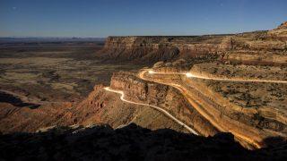Mexican Hat, 2016. december 6. 2016. december 5-én közreadott, hosszú expozíciós idõvel készített kép az Istenek völgyérõl, a Utah állambeli Mexican Hat közelében fekvõ Medfevül-kanyonban november 13-án. 2015 októberében öt indián nemzetség, köztük a hopik, az uték és a navahók petíciót nyújtottak be, hogy a térséget nyilvánítsák nemzeti emlékhellyé, megakadályozva a környéken található több tízezer régészeti lelet elrablását, az õsi sírok kifosztását. (MTI/EPA/Jim Lo Scalzo)