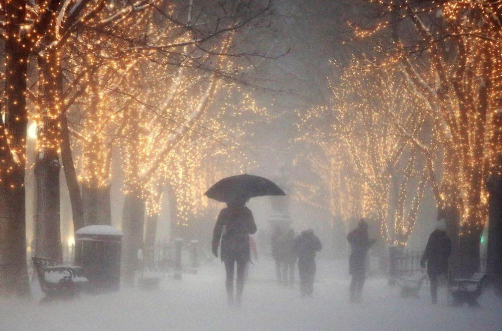 Boston, 2017. január 8. Gyalogosok a sûrû hóesésben Boston belvárosában 2017. január 7-én. (MTI/AP/Michael Dwyer)