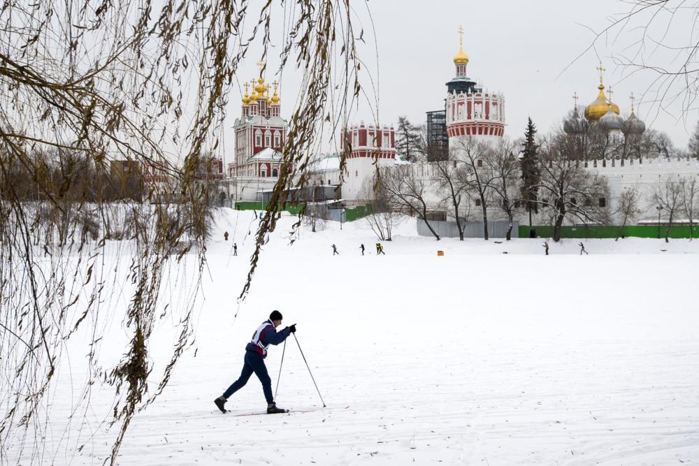 Moszkva, 2017. január 10. Síelõk a Novogyevicsij-kolostor elõtti befagyott tavon, Moszkvában 2016. január 10-én. Az orosz fõvárosban napközben mínusz 9 Celsius-fokot mértek. (MTI/AP/Alekszandr Zemljanyicsenko)
