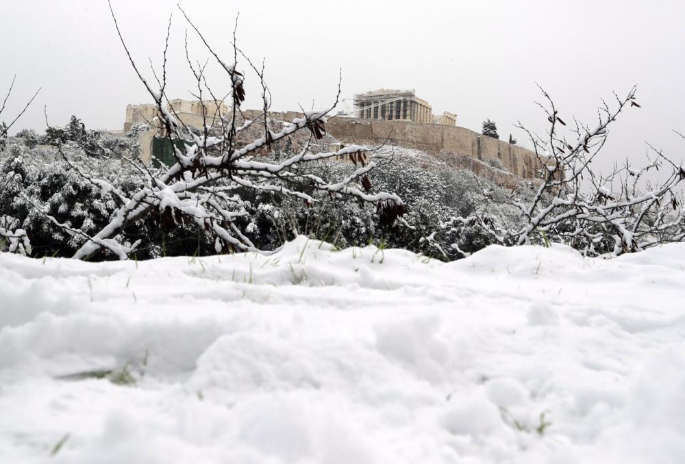 Athén, 2017. január 10. Hó lepi az athéni Akropoliszt 2017. január 10-én, miután az elmúlt napokban jelentõs mennyiségû hó hullott a görög fõvárosra. (MTI/AP/Tanasszisz Sztavrakisz)