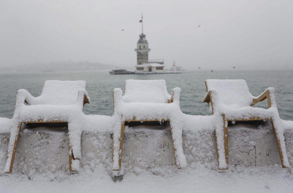 Isztambul, 2017. január 8. Hófödte székek az isztambuli Szûz tornyával a háttérben 2017. január 8-án. Az erõs havazás miatt több mint 600 belföldi és nemzetközi járatot töröltek az isztambuli Atatürk nemzetközi repülõtéren. (MTI/EPA/Cem Turkel)
