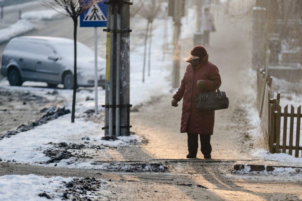 Csíkszereda, 2017. január 10.  Járókelõ Csíkszeredában 2017. január 10-én. A városban a hajnali, reggeli órákban -29 Celsius-fokot mértek. MTI Fotó: Veres Nándor