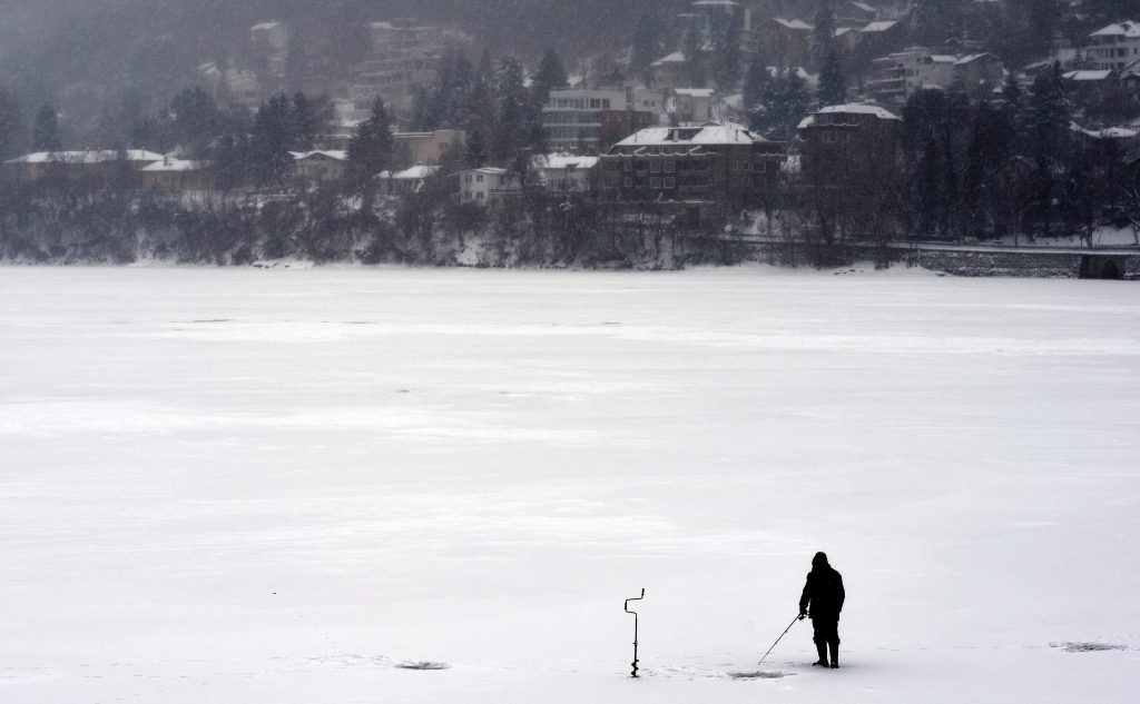 Szófia, 2017. január 10. Lékhorgász a befagyott Pancsarevo-tó jegén, Szófia Pancsarevo nevû délkeleti városrészében 2017. január 10-én. A balkáni országban tartósan fagypont alatti a hõmérséklet, az elmúlt napokban több régióban mértek mínusz 17 Celsius-fokot. (MTI/EPA/Vaszil Donyev)