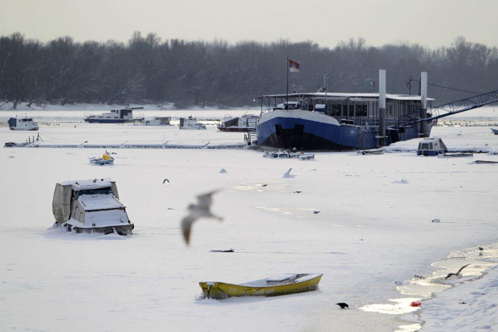 Belgrád, 2017. január 10. 2017. január 10-én készült kép kishajókról, amelyek a Dunába fagytak Belgrádban. Szerbiában mínusz 20 Celsius-fokra süllyedt a levegõ hõmérséklete, a Duna 15 éve elõször fagyott be. (MTI/EPA/Andrej Cukic)