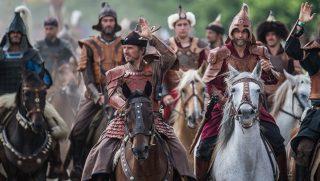 Bugac, 2016. augusztus 13. Lovasok felvonulása a Kurultáj, a rokontudatú népek háromnapos közös ünnepének seregszemléjén Bugacon 2016. augusztus 13-án. Európa legnagyobb lovas hagyományõrzõ rendezvényét a Magyar-Turán Alapítvány szervezésében az idén augusztus 12. és 14. tartják. Az eseményen 12 országból, 27 hun és türk tudatú nemzet képviselõje vesz részt. MTI Fotó: Ujvári Sándor