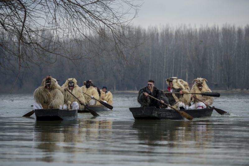 Mohács, 2016. február 7. Busók kelnek át a Dunán a mohácsi busójárás negyedik napján, 2016. február 7-én. MTI Fotó: Sóki Tamás