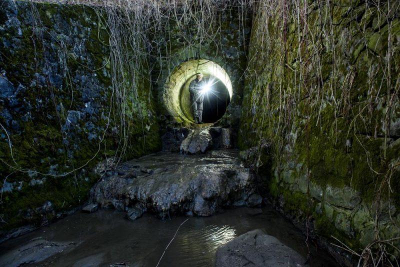 Salgótarján, 2017. február 11. Az egykori fûtõerõmû hûtõtavához tartozó alagút bejárata Salgótarján Zagyvaróna településrészén 2017. február 11-én. Az alagutat a XX. század elején készítették az áradó Zagyva vizének elterelésére. Mára a használaton kívüli létesítmény glaukonitos homokkõ falán 10-12 cm-es cseppkövek alakultak ki. MTI Fotó: Komka Péter