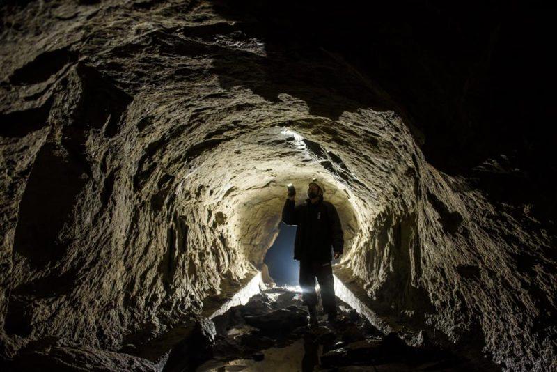 Salgótarján, 2017. február 11. Prakfalvi Péter, a Novohrad-Nógrád Geopark geológusa az egykori fûtõerõmû hûtõtavához tartozó alagút falát vizsgálja Salgótarján Zagyvaróna településrészén 2017. február 11-én. Az alagutat a XX. század elején készítették az áradó Zagyva vizének elterelésére. Mára a használaton kívüli létesítmény glaukonitos homokkõ falán 10-12 cm-es cseppkövek alakultak ki. MTI Fotó: Komka Péter