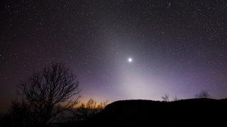 Felsõtárkány, 2017. február 17. Az állatövi fény és a Vénusz látszik a Három-kõ csúcsáról a Bükk-fennsíkon Felsõtárkány közelében 2017. február 16-án. Az állatövi fényt a bolygóközi porfelhõrõl visszaverõdõ napfény okozza. A jelenséget a mérsékelt övi területekrõl február-márciusban napnyugta után, illetve szeptember-októberben napkelte elõtt lehet megfigyelni. MTI Fotó: Komka Péter
