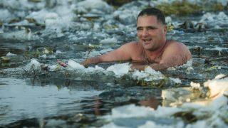 Hatvan, 2017. január 15. Schirilla György a Zagyva folyóban a Heves jeges életmód-találkozón Hatvanban 2017. január 15-én. MTI Fotó: Komka Péter
