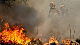 Soure, 2016. szeptember 6. Tûzoltók harcolnak egy erdõtûz lángjaival a közép-portugáliai Soure település közelében 2016. szeptember 6-án. (MTI/EPA/Paulo Novais)