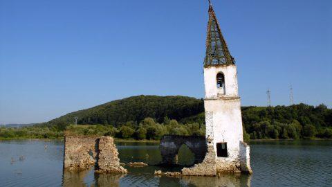 Bözödújfalu, 2007. augusztus 3. Az elárasztott falu katolikus temploma sem sokáig dacol az idõvel. A falu helyét ma víztározó foglalja el. A kitelepítés 1985-ben kezdõdött és 1994-re a falu két templomával együtt víz alá került. Csak 12 ház és 40 lakó menekült meg az elöntéstõl. MTI Zrt. / Bizományosi: Makleit László *************************** Kedves Felhasználó! Az Ön által most kiválasztott fénykép nem képezi az MTI fotókiadásának és archívumának szerves részét. A kép tartalmáért és a szövegért a fotó készítõje vállalja a felelõsséget.