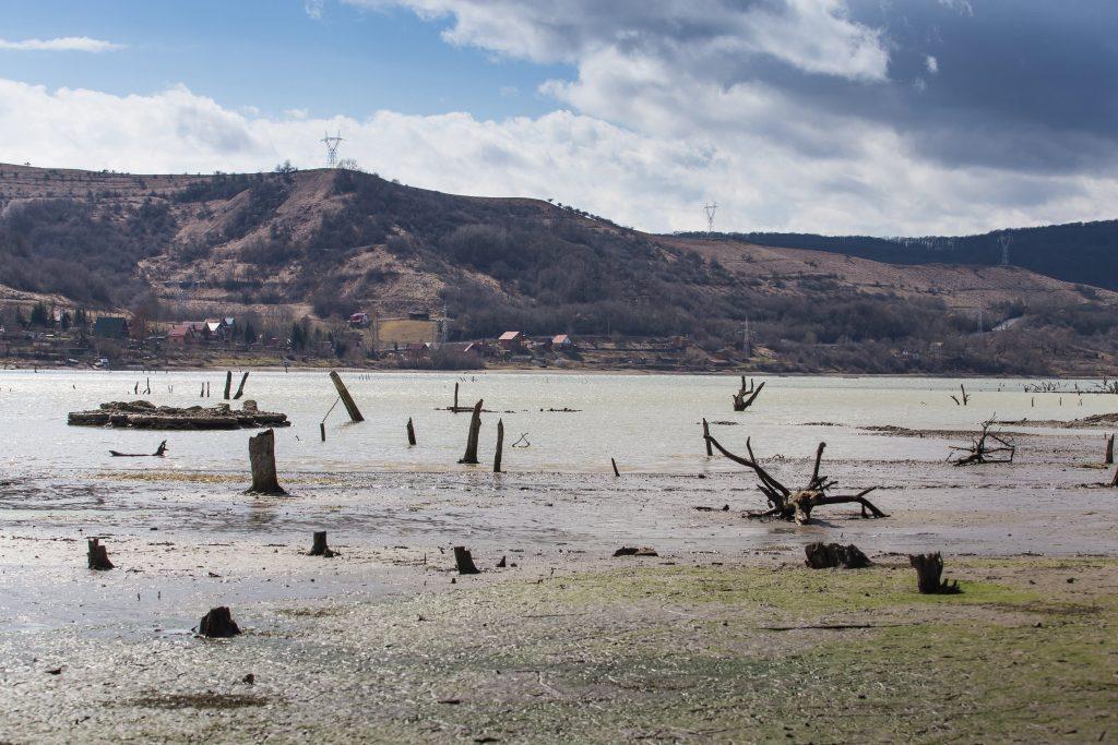 Bözödújfalu, 2017. március 19. A vízzel elárasztott Maros megyei Bözödújfalu 2017. március 19-én. Elkezdõdött a falut elárasztó mesterséges tó leeresztése, várhatóan másfél hónap múlva újra teljesen látható lesz az egykori település víz alatti része. A vizet azért eresztik le, hogy meg tudják javítani azt a sérült hidat, amely a tóban álló irányítótornyot köti össze a gáttal. A mesterséges tavat a munka elvégzése után, õsszel újra feltöltik. MTI Fotó: Boda L. Gergely