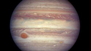Világûr, 2017. április 6. A NASA által közreadott képen a Jupiter 2017. április 3-án, amikor a bolgyó nagyjából 668 millió kilométerre volt a Földtõl. Ezekben a napokban a Jupiter szokatlanul közel van a Földhöz és különösen fényes, ezt használta ki a Hubble amerikai ûrteleszkóp, hogy elkészítse ezt a felvételt a Naprendszer legnagyobb bolygójáról. (MTI/AP/NASA/ESA/A. Simon)