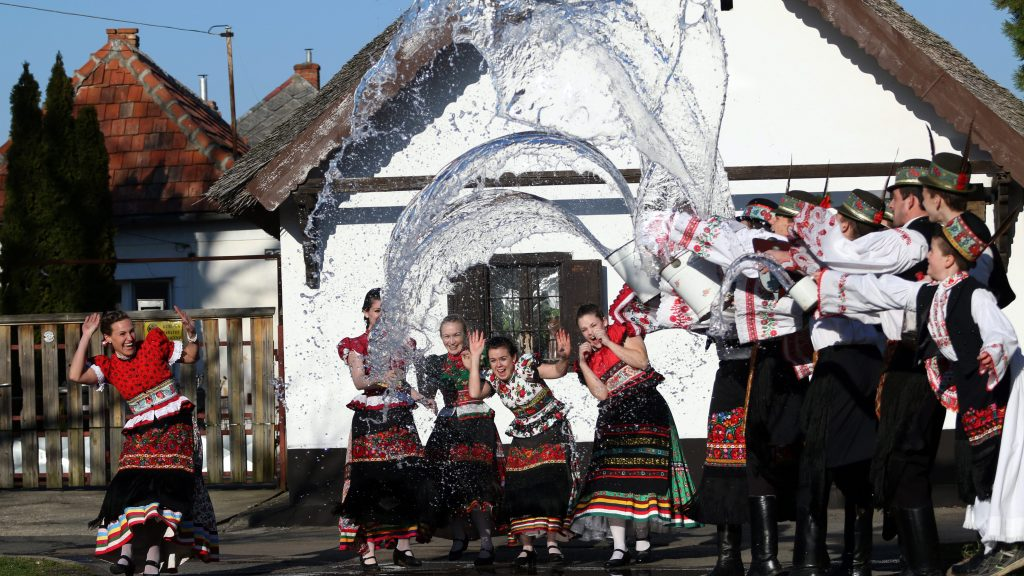 Mezõkövesd, 2016. március 24. Matyó népviseletbe öltözött legények lányokat locsolnak Mezõkövesden, a Hadas városrészben 2016. március 24-én. MTI Fotó: Vajda János