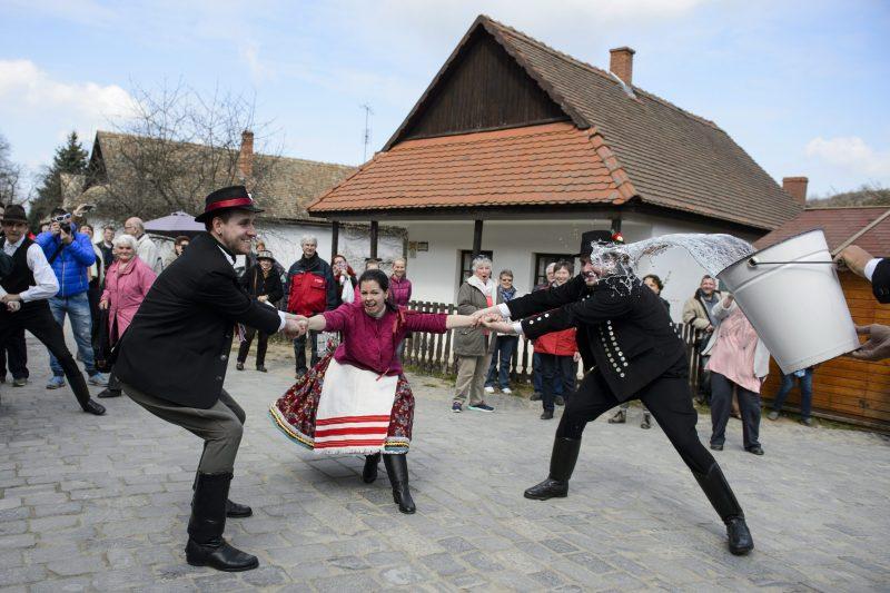 Hollókõ, 2016. március 27. Népviseletbe öltözött fiatalok locsolkodnak Hollókõ ófalujában 2016. március 27-én. MTI Fotó: Komka Péter