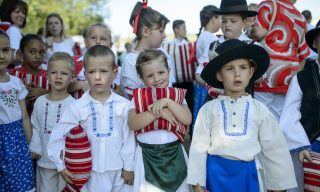 Mátraderecske, 2015. augusztus 29. Népviseletbe öltözött gyerekek a IX. Palóc Párnafesztiválon a Heves megyei Mátraderecskén 2015. augusztus 29-én. MTI Fotó: Komka Péter