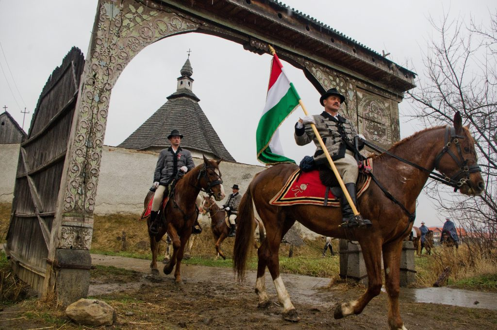 Székelyudvarhely, 2012. április 8. Lovas határkerülõk magyar zászlóval a kezükben távoznak a Jézus-kápolnától Székelyudvarhely közelében. A székelyudvarhelyi Szent Miklós-hegyi plébániatemplom határkerülõi húsvét elsõ napjának reggelén végigjárják a település határát és évszázados hagyományok szerint - a lovasok és a gyalogosok külön útvonalon - megtekintik a vetést és a határokat õrzõ kereszteknél imádkoznak. MTI Fotó: Egyed Ufó Zoltán