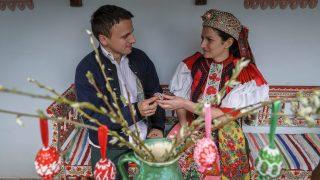 Kalotaszentkirály, 2014. április 20. Népviseletbe öltözött lány festett tojást ad egy legénynek Erdélyben, a Kolozs megyei Kalotaszentkirályon 2014. április 20-án. MTI Fotó: Czeglédi Zsolt