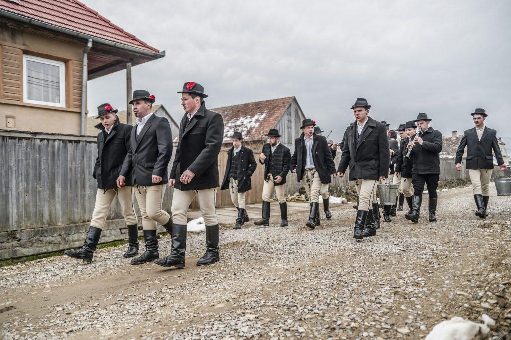 Csíkszentimre, 2016. március 28. Népviseletbe öltözött helyi fiatalok érkeznek egy házhoz locsolkodni az erdélyi Csíkszentkirályon 2016. március 28-án. MTI Fotó: Veres Nándor