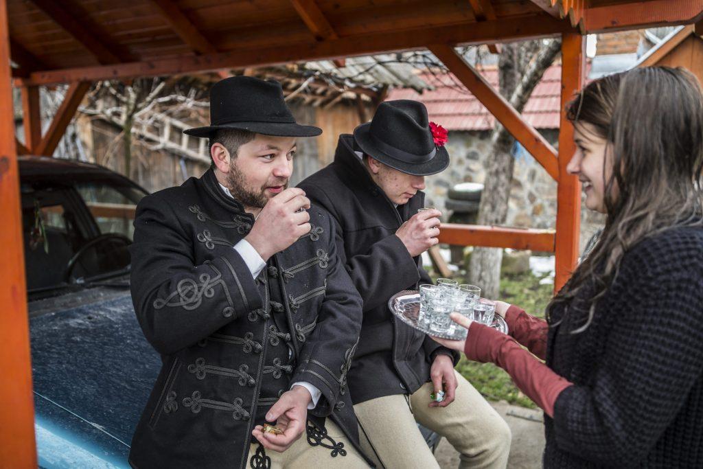 Csíkszentimre, 2016. március 28. Pálinkával kínálja az õt meglocsoló fiatalokat egy lány az erdélyi Csíkszentkirályon 2016. március 28-án. MTI Fotó: Veres Nándor