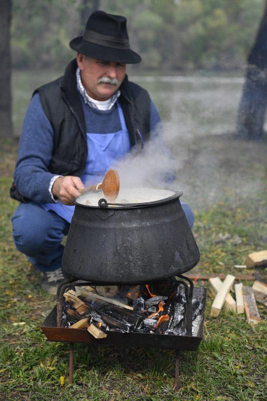 Tiszaörvény, 2017. április 7. Tiszai halászlé készül a halászlé hungarikummá nyilvánítása alkalmából szervezett rendezvényen a Tiszafüredhez tartozó Tiszaörvényen 2017. április 7-én. A Hungarikum Bizottság március 21-én a hungarikumok sorába emelte az Egri Bikavért, a Kodály-módszert, a magyar pásztor- és vadászkutyafajtákat, valamint a tiszai halászlét. MTI Fotó: Czeglédi Zsolt