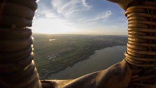 Balatonszentgyörgy, 2017. május 19. A Balaton nyugati partjának látképe egy Balatonszentgyörgy felett repülõ hõlégballonból fotózva 2017. május 18-án. MTI Fotó: Varga György