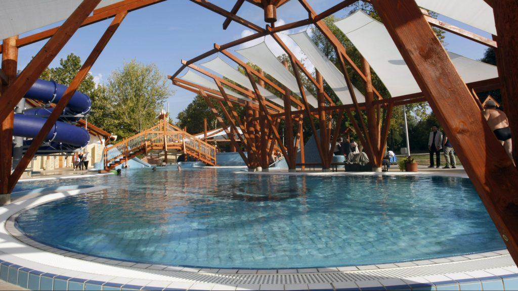 Berekfürdõ, 2015. szeptember 12. A megújult termál- és strandfürdõ élménymedencéje Berekfürdõn 2015. szeptember 12-én. A bõvítés és korszerûsítés 582 millió forintból, 60 százalékos uniós támogatással valósult meg. MTI Fotó: Bugány János