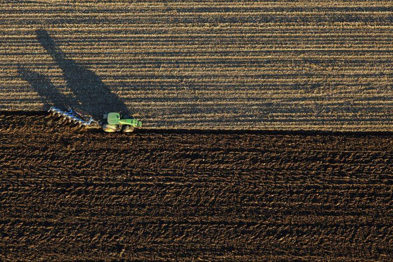 Rigyác, 2015. november 12. Traktor szánt a Zala megyei Rigyác közelében 2015. november 12-én. MTI Fotó: Varga György