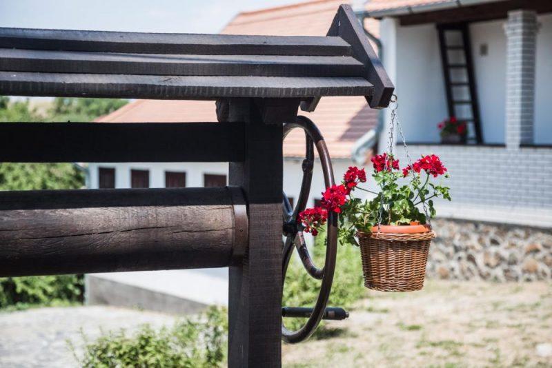 Hollókõ, 2016. július 13. Egy cserép muskátlival díszített kerekeskút részlete Hollókõ egyik utcájában. MTVA/Bizományosi: Faludi Imre  *************************** Kedves Felhasználó! Ez a fotó nem a Duna Médiaszolgáltató Zrt./MTI által készített és kiadott fényképfelvétel, így harmadik személy által támasztott bárminemû – különösen szerzõi jogi, szomszédos jogi és személyiségi jogi – igényért a fotó készítõje közvetlenül maga áll helyt, az MTVA felelõssége e körben kizárt.