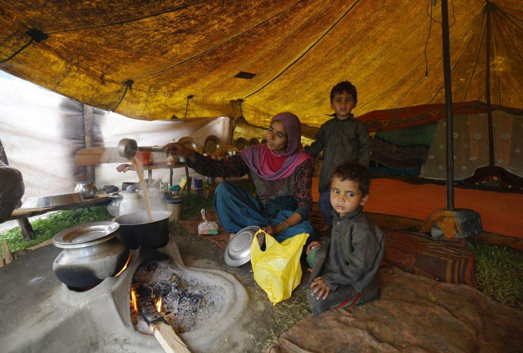 Szrinagar, 2017. május 17. A bakarval kasmíri nomád törzshöz tartozó nõk egyike teát készít gyerekeinek egy sátorban Dzsammu és Kasmír indiai szövetségi állam nyári fõvárosa, Szrinagar közelében 2017. május 17-én. A Himalája és a Pir Pandzsal-hegység közti területen õshonos pásztornép tagjai a téli hónapokban a melegebb, a tavaszi és nyári hónapokban a hûvösebb tájak felé vándorolnak. (MTI/EPA/Faruk Hán)