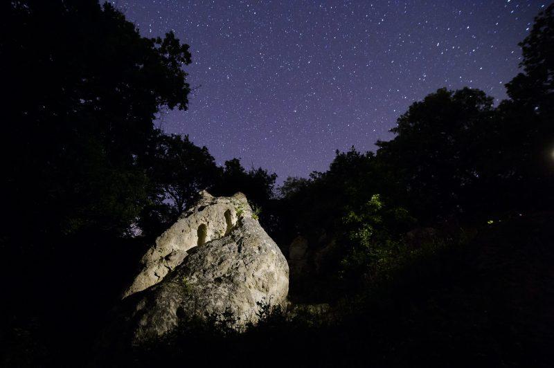 Szomolya, 2014. május 1. Kaptárkõ a Bükki Nemzeti Park természetvédelmi területén Szomolya közelében 2014. május 1-jén. Az átlagosan 60 cm magas, 30 cm széles és 25-30 cm mély, feltehetõen szakrális célokra használt fülkéket a riolittufa sziklákba faragták, nagy valószínûséggel az V. századtól a XV. századig terjedõ idõszakban. A természetvédelmi területen található hazánk legtöbb fülkével rendelkezõ kaptárkõ csoportja. MTI Fotó: Komka Péter