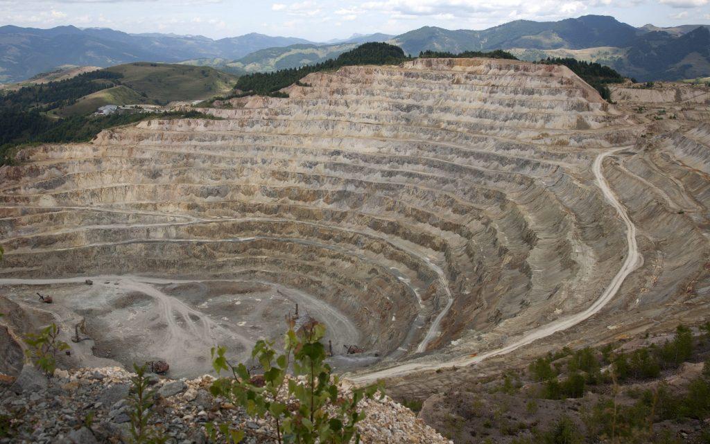 Veresvölgy, 2011. augusztus 13. Az erdélyi veresvölgyi (Rosia Poieni) rézbánya amfiteátrumszerû külszíni fejtése 2011 augusztus 13-án. MTI Fotó: Baranyi Ildikó