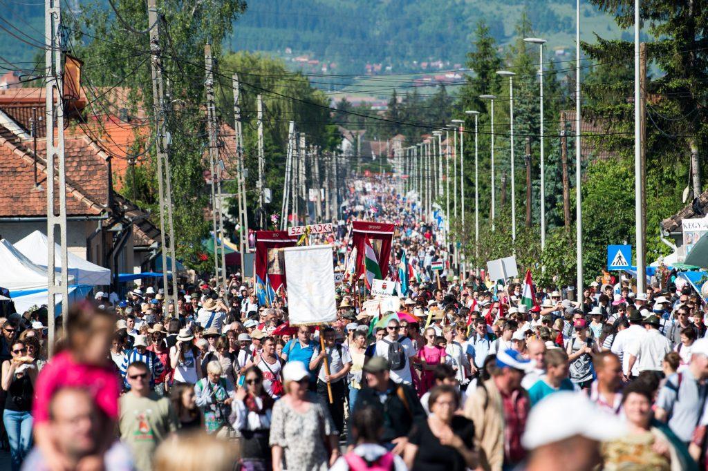 Csíksomlyó, 2017. június 3. Zarándokok vonulnak a csíksomlyói búcsún tartott szentmisére a Kis- és Nagysomlyó-hegy közötti nyereghez 2017. június 3-án. MTI Fotó: Balogh Zoltán