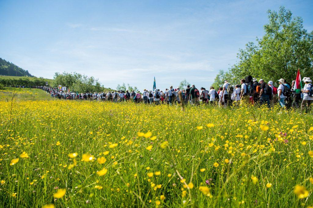 Csíksomlyó, 2017. június 3. Zarándokok érkeznek a csíksomlyói búcsún tartott szentmisére a Kis- és Nagysomlyó-hegy közötti nyeregben 2017. június 3-án. MTI Fotó: Balogh Zoltán