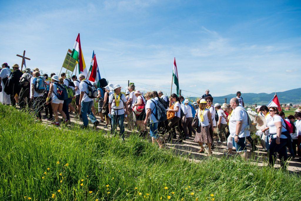 Csíksomlyó, 2017. június 3. A Boldogasszony zarándokvonat utasai érkeznek a csíksomlyói búcsún tartott szentmisére a Kis- és Nagysomlyó-hegy közötti nyeregben 2017. június 3-án. MTI Fotó: Balogh Zoltán