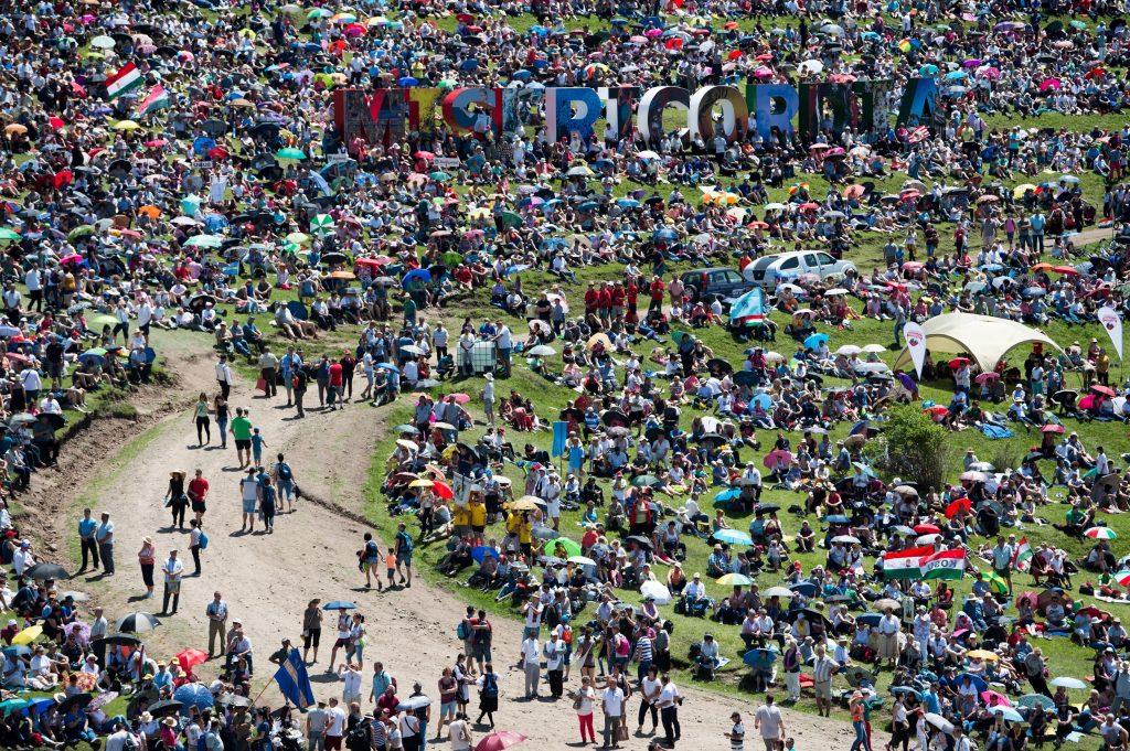 Csíksomlyó, 2017. június 3. A csíksomlyói búcsún tartott szentmise résztvevõi a Kis- és Nagysomlyó-hegy közötti nyeregben 2017. június 3-án. MTI Fotó: Balogh Zoltán
