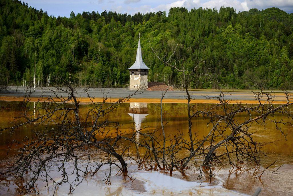 Szászavinc, 2014. május 12. Az egykori erdélyi Szászavinc (Geamana) település helyén kialakított zagytározóból kiemelkedik az ortodox templom tornya 2014. május 11-én. Az 1980-as évek elején kialakított tározóba, a közeli Verespatak rézbányájából folyik a nehézfémekkel szennyezett savas víz. Az Erdélyi-érchegységben található sárga és vörös színû tó savasságát mész adagolásával próbálják semlegesíteni. MTI Fotó: Czeglédi Zsolt