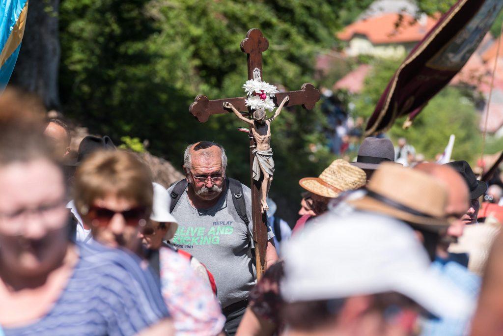 Csíksomlyó, 2017. június 3. Zarándok tart egy feszülettel kezében a csíksomlyói búcsún tartott szentmisére a Kis- és Nagysomlyó-hegy közötti nyereghez 2017. június 3-án. MTI Fotó: Veres Nándor
