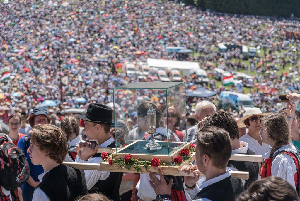 Csíksomlyó, 2017. június 3. Menet érkezik a Szent László-ereklyével a csíksomlyói búcsún tartott szentmisére a Kis- és Nagysomlyó-hegy közötti nyeregben 2017. június 3-án. MTI Fotó: Veres Nándor