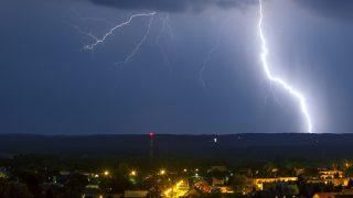 Nagykanizsa, 2017. június 3. Villám cikázik az égbolton Nagykanizsa felett 2017. június 2-án este. MTI Fotó: Varga György