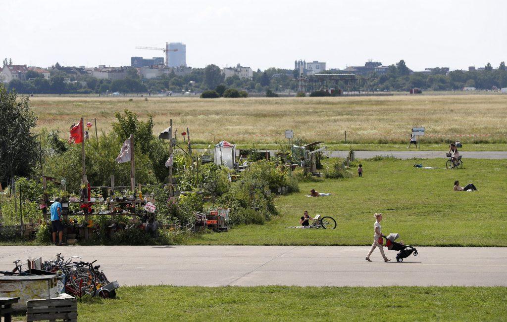 Berlin, 2017. július 16. Az Allmende-Kontor városi közösségi kert látképe a berlini Tempelhof repülõtér közelében 2017. július 14-én. A Vattenfal skandináv energetikai cég két kommunális zöldterületet nyitott meg Berlinben, ahol a városlakók egy földterületen osztozva szabadon kertészkedhetnek, megtermeszthetik maguknak a friss zöldséget, gyümölcsöket és a fûszernövényeket. (MTI/EPA/Felipe Trueba)