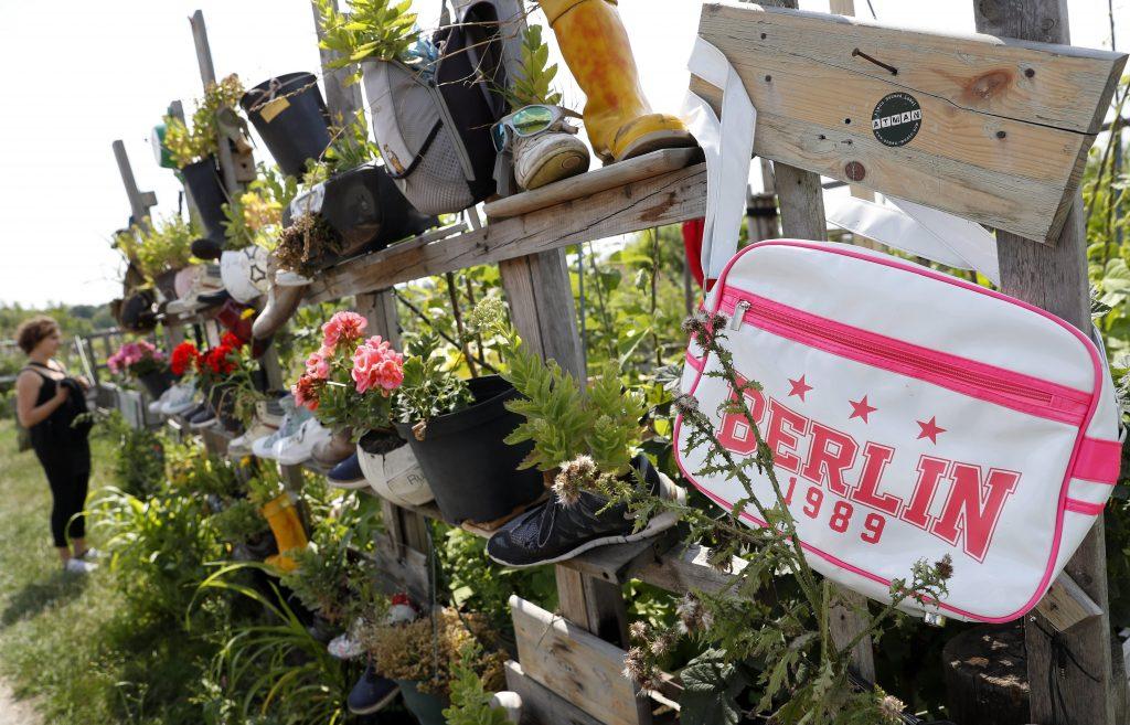 Berlin, 2017. július 16. Használt cipõkbe ültetett növények a berlini Vattenfall városi közösségi kertben 2017. július 14-én. A Vattenfal skandináv energetikai cég két kommunális zöldterületet nyitott meg Berlinben, ahol a városlakók egy földterületen osztozva szabadon kertészkedhetnek, megtermeszthetik maguknak a friss zöldséget, gyümölcsöket és a fûszernövényeket. (MTI/EPA/Felipe Trueba)