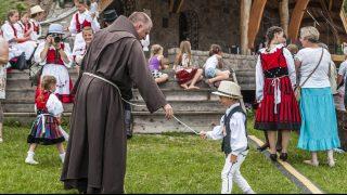 Csíksomlyó, 2016. július 2. Böjte Csaba ferences rendi szerzetes egy gyerekkel játszik az ezer székely leány napján a csíksomlyói hegynyeregben 2015. július 2-án. MTI Fotó: Veres Nándor