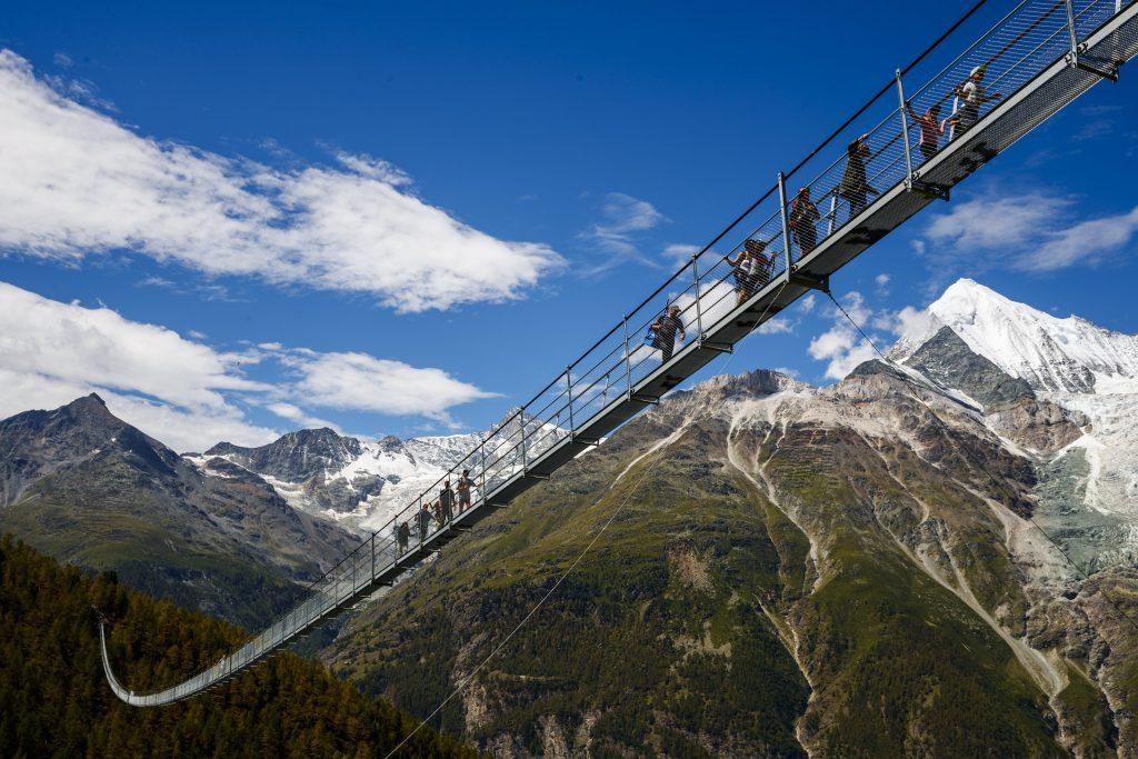 Randa, 2017. július 29. Emberek az Európa hídon, a világ leghosszabb gyalogos függõhídján a svájci Randában az avatásának napján, 2017. július 29-én. A 494 méteres híd Zermatt és Grächen falvakat köti össze az Európa nevû turistaúton. (MTI/EPA/Valentin Flauraud)